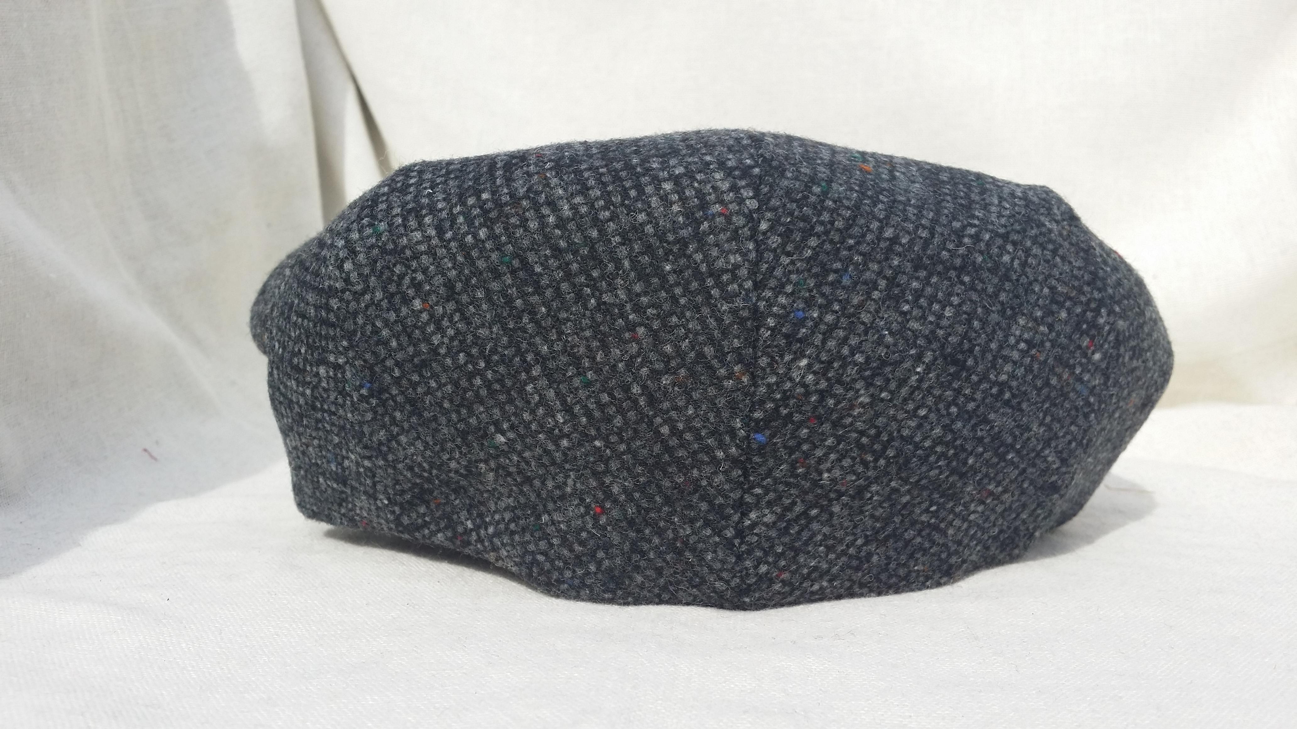 casquette plate en laine vierge cachemire et cuir de chez aurega. Black Bedroom Furniture Sets. Home Design Ideas